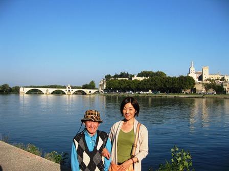 アヴィニョンの橋と法王庁の前で。思わず歌を口ずさんでいらっしゃいました。