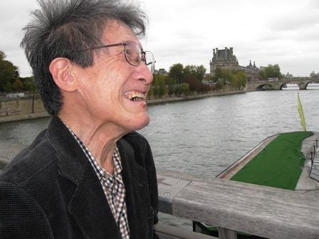 セーヌ川にかかる橋の上で風にふかれる、パリを去る最終日。