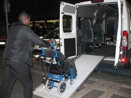 シャルル・ド・ゴール空港 国際線から国内線のターミナルへ移動。空港用の車いすを利用しました。