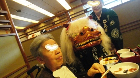 120101おせち料理を食べている最中、獅子舞の訪問にタジタジ