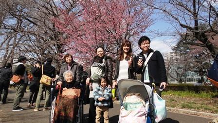 120401 新宿御苑 ご家族に囲まれて