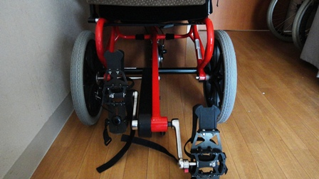 車いすペダルに足を乗せてこぐと前に進みます