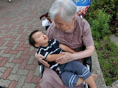 久しぶりにひ孫さんを抱っこ