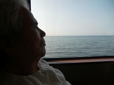 帰りの電車内で海を見て頂きました