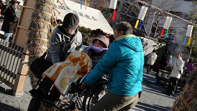 ⑥130101 初詣 浅間神社 茅野輪くぐり 息子さんとドライバーさんで担ぎくぐる