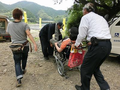 伊東さんと船頭さんが手伝って下さいました