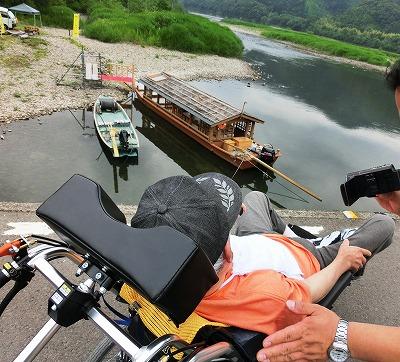 沈下橋の上で「あの船にのったんですよ!お父さん」