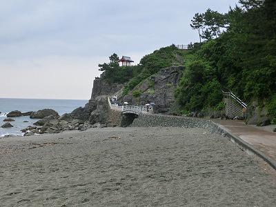 浜に降りて散歩