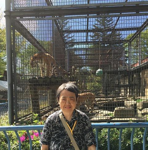 2日め茶臼山動物園 トラの檻の前で