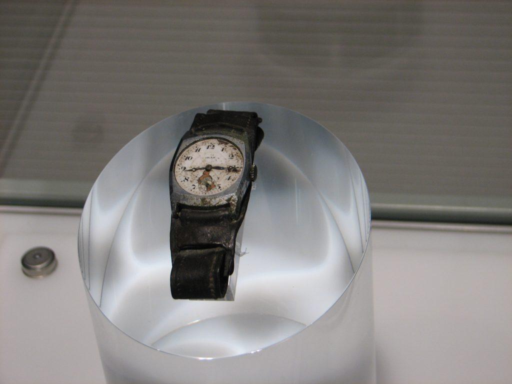 8時15分を示したままの腕時計