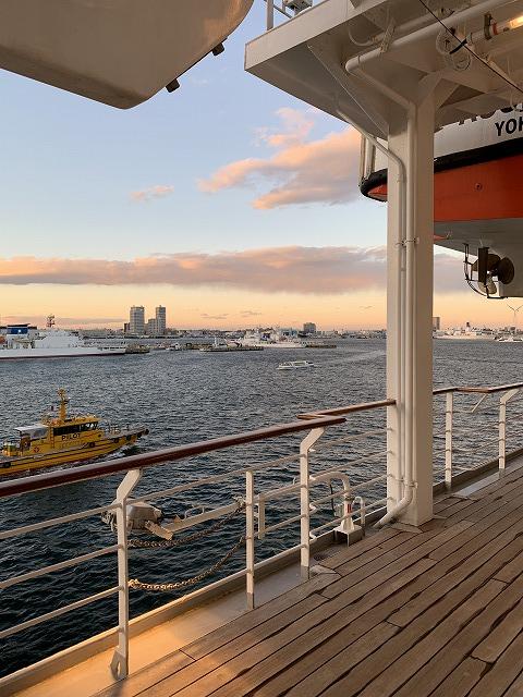 夕焼けの中、横浜港から出港です